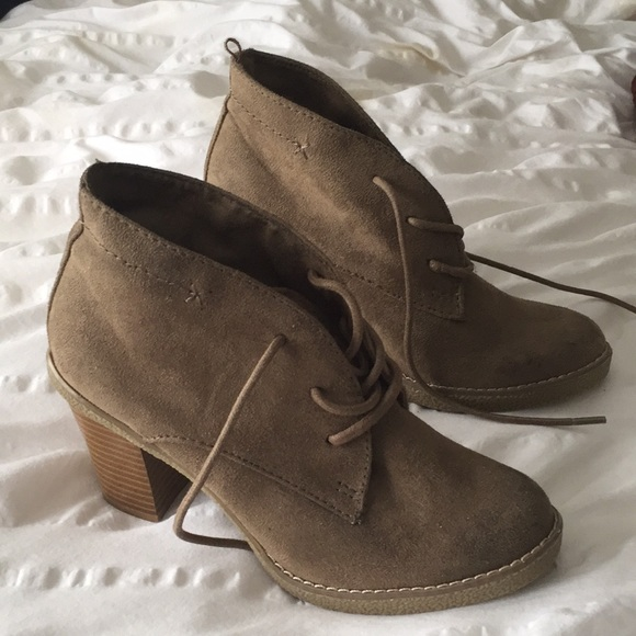 31b59c03a1f5 Olive green and brown lace up booties. M 5aa7ee7d2ae12f729b9efda6